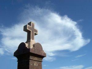 krzyż na cmentarzu, pogrzeb, transport zwłok na pogrzeb
