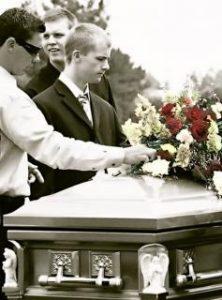 trumna z kwiatami, pogrzeb, transport zwłok